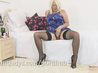 Lovely British mommy Amber Jewell gets..