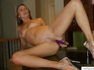 High heeled milf toys herself