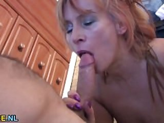 Hairy mature lady gets her pussy filled..