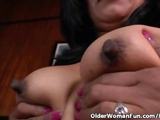 Latina milf Veronica gets her pussy..