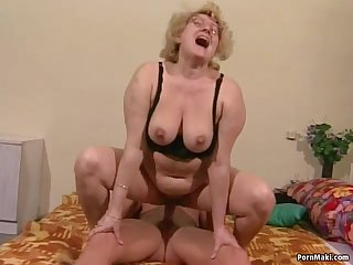 Granny gets her hairy pussy dildoed and..