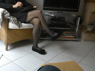 ses jambes en collants et ballerines..