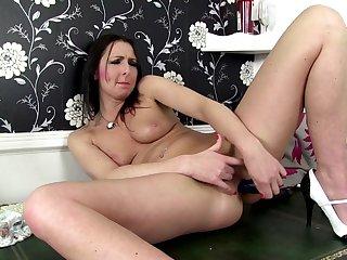 Mature brunette moms fuck their cunts..