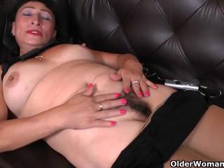 Latina milf Karina peels off her nylons..